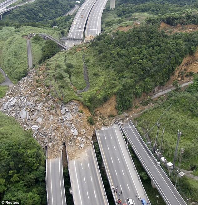 Оползень снес Национальное шоссе