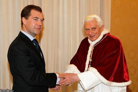 Папа Римский узнал, где живет Медведев