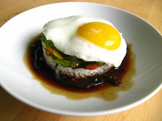 Рис с яйцом, политый мясным Жюсем