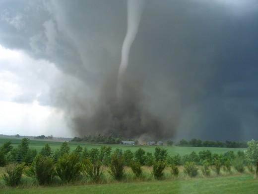 На юг США обрушились самые мощные за полвека торнадо