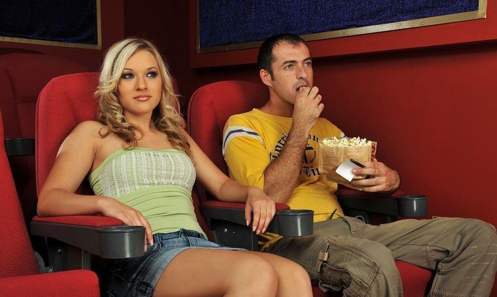 Смотреть сосут в кинотеатре