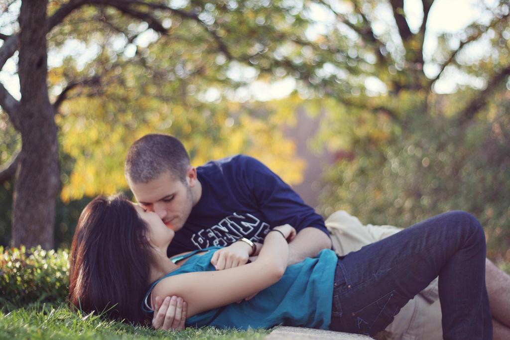 Мужчина и женщина поцелуи секс