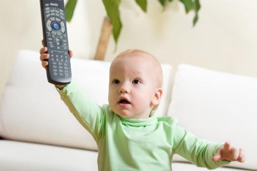 Британский психолог советует запретить смотреть телевизор детям до 3-х лет