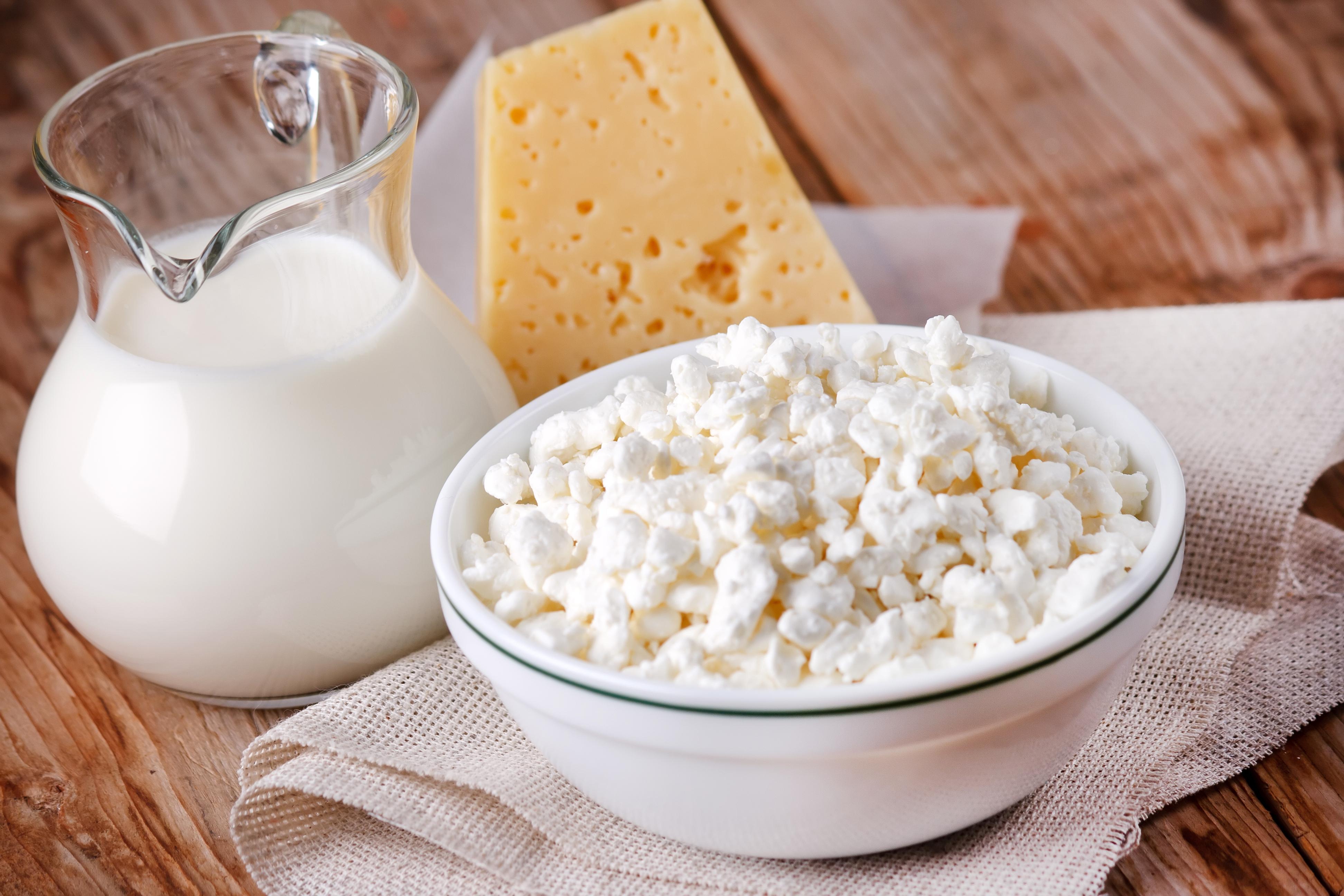 Сыр свежий творог белом фоне коза творога синий салфетку молочных.