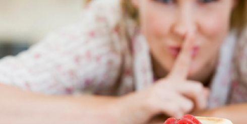 24 часа из жизни женщины, или почему торт со взбитыми сливками, съеденный до 11 утра, не сделает вас толстой