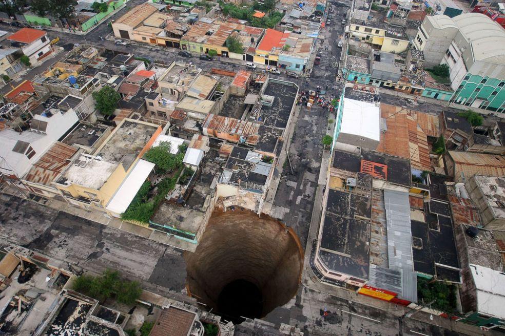 Нерукотворные дыры в земле