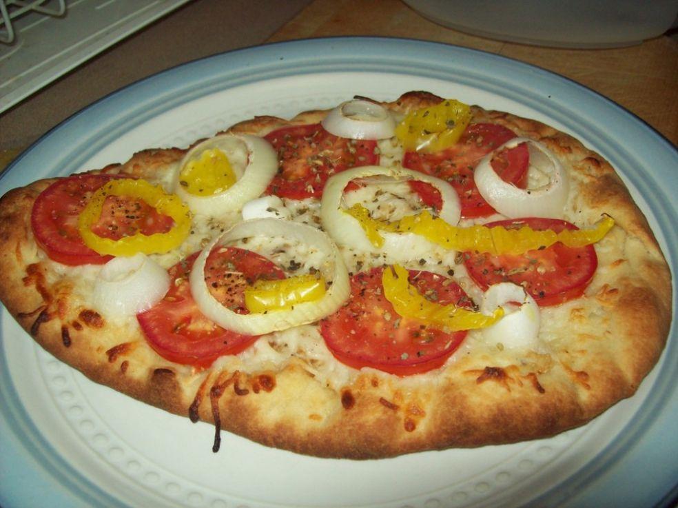 Пицца с сыром, луком и помидорами