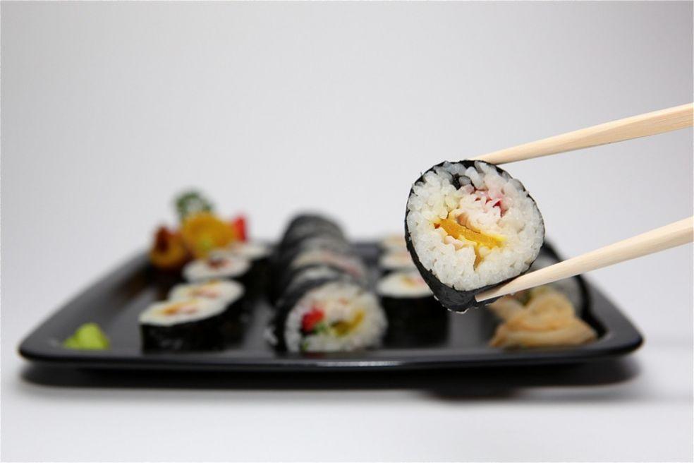Суши едят палочками
