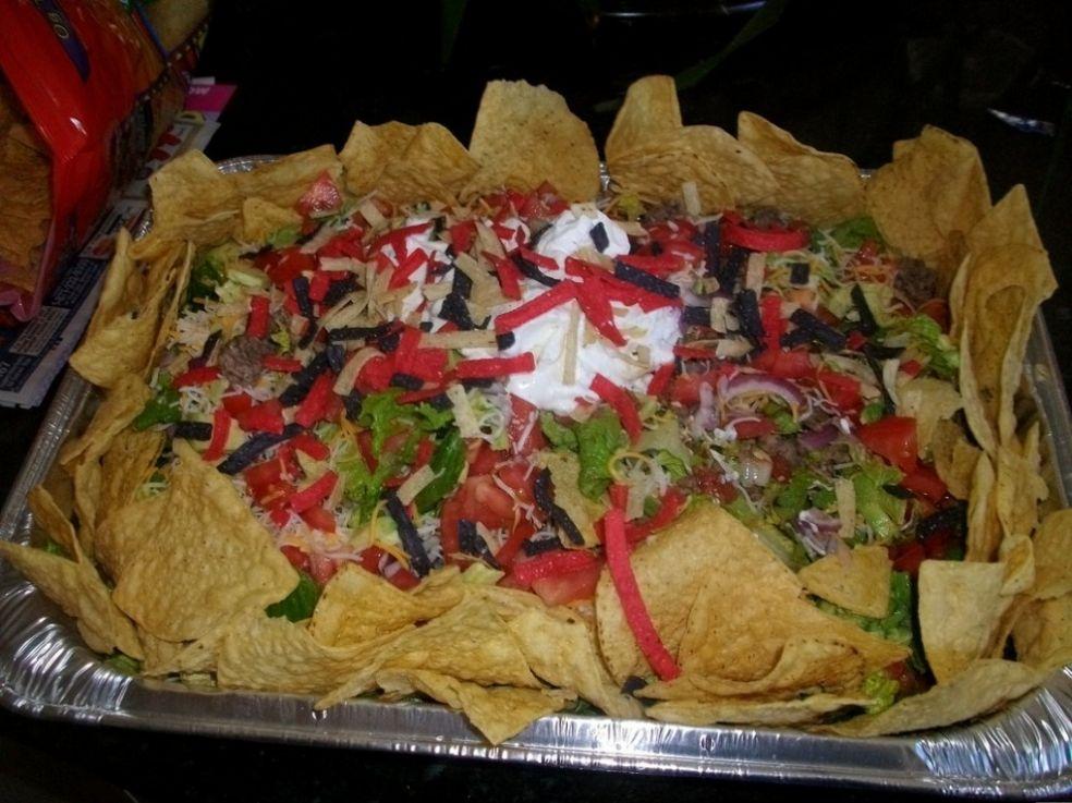 Зеленый салат с соусом Тахини