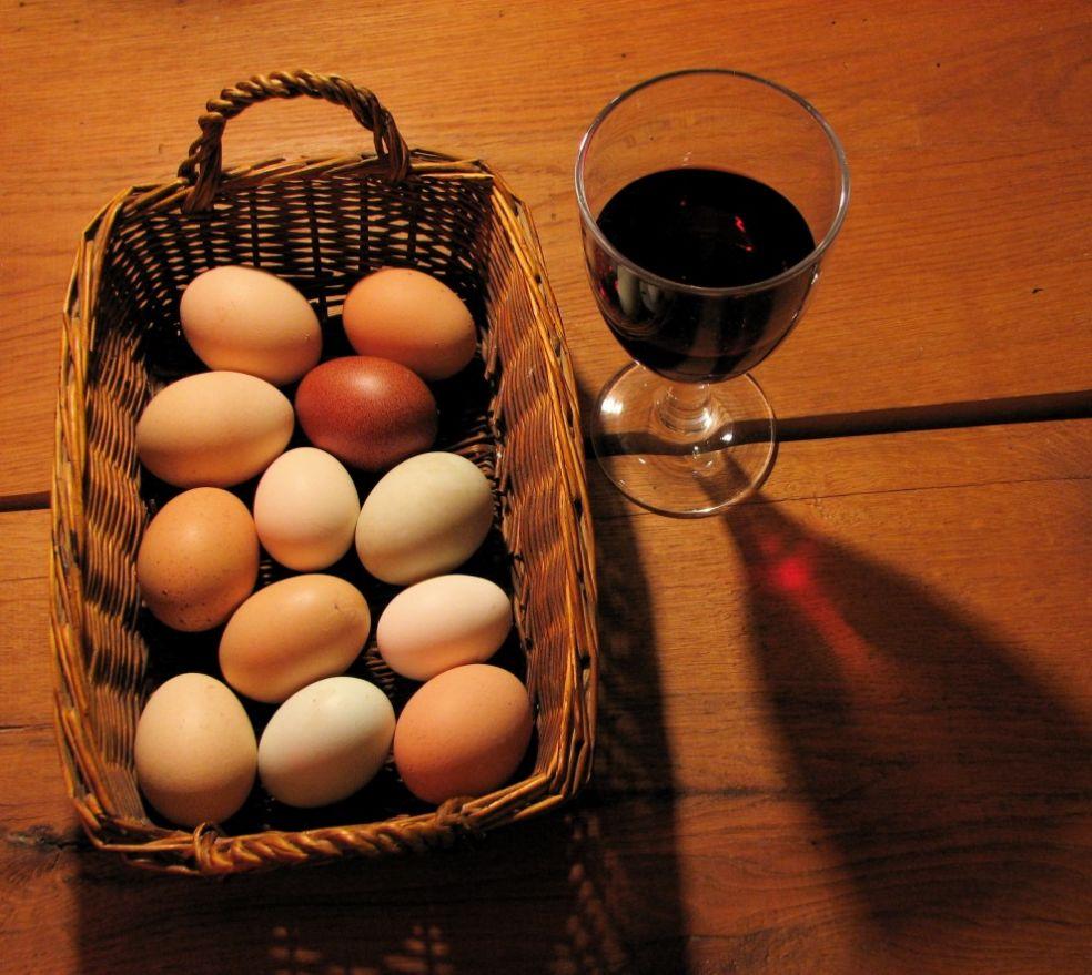 Бокал вина и корзина яиц