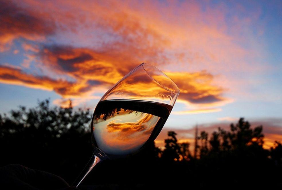 Рыжие облака в бокале белого вина