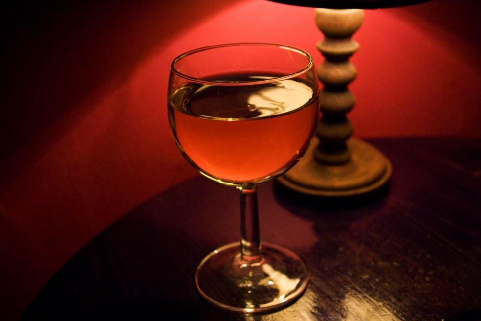 Бокал вина в свете лампы