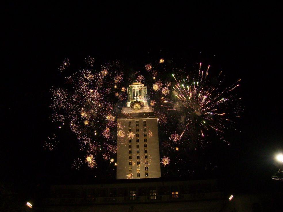 Фейерверк у башни Университета Техаса во время Дивали