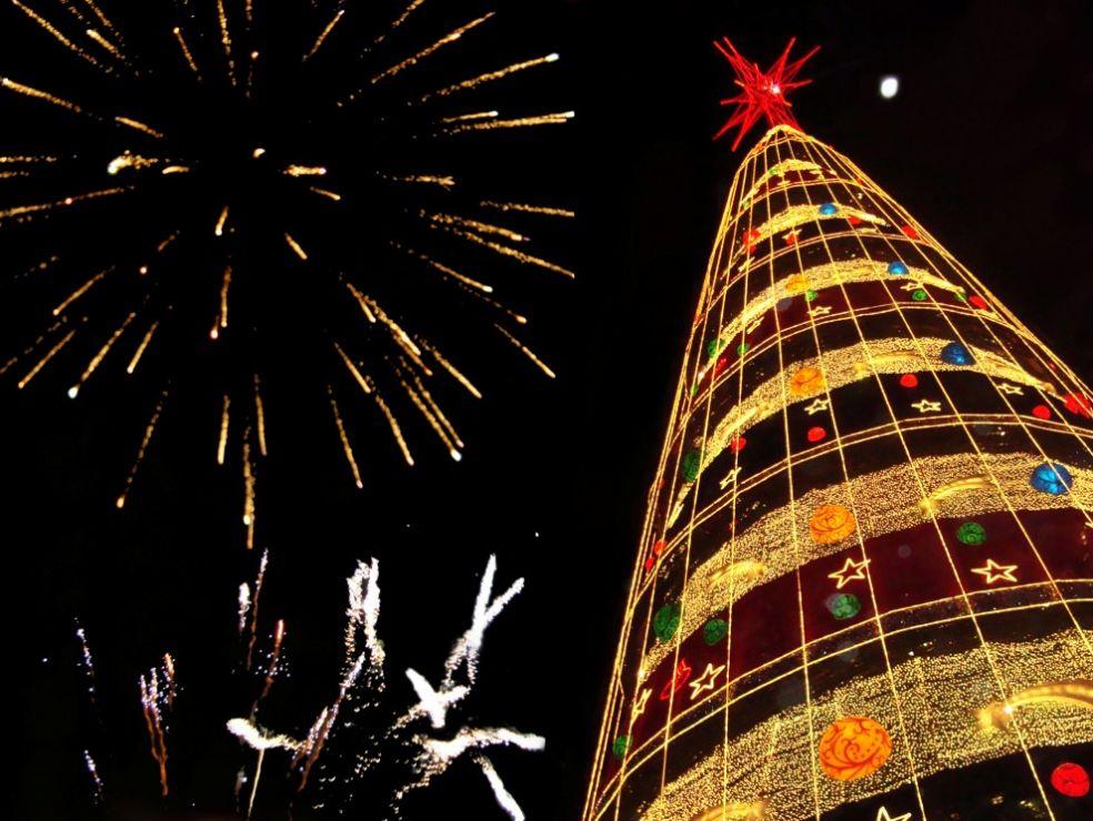 Рождественская елка в торговом центре в Дублине, Ирландия