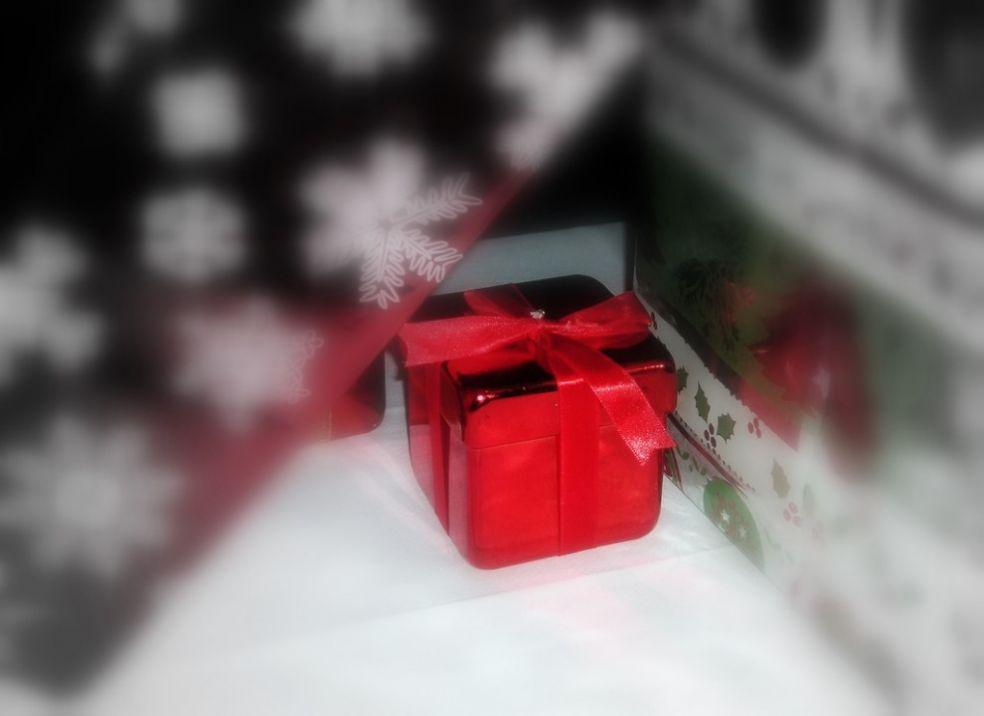 Подарок в лиловой упаковке