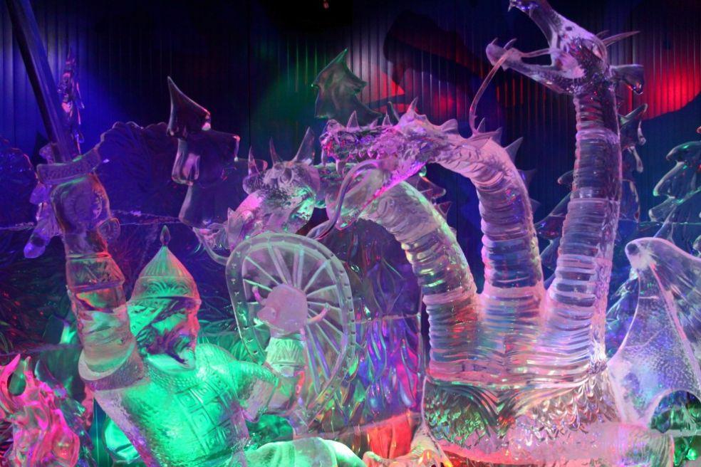 Статуя орла на фестивале ледяных фигур в Саппоро