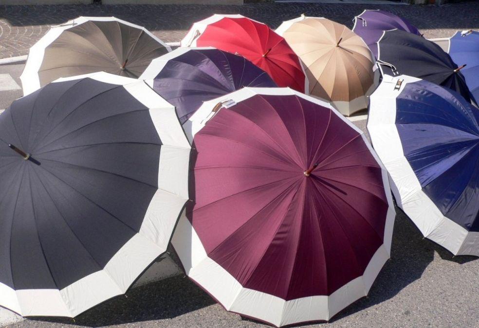 Зонты на улице Сан Бонифацио в Италии