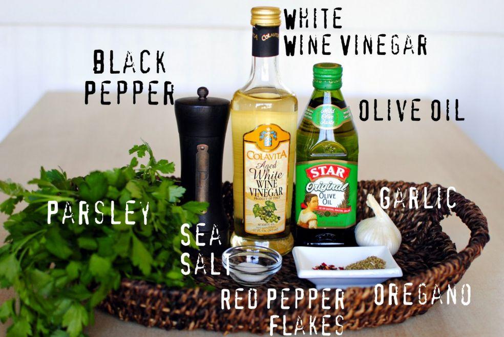 Петрушка, черный перец, морская соль, кусочки красного перца, винный уксус, оливковое масло, орегано, чеснок