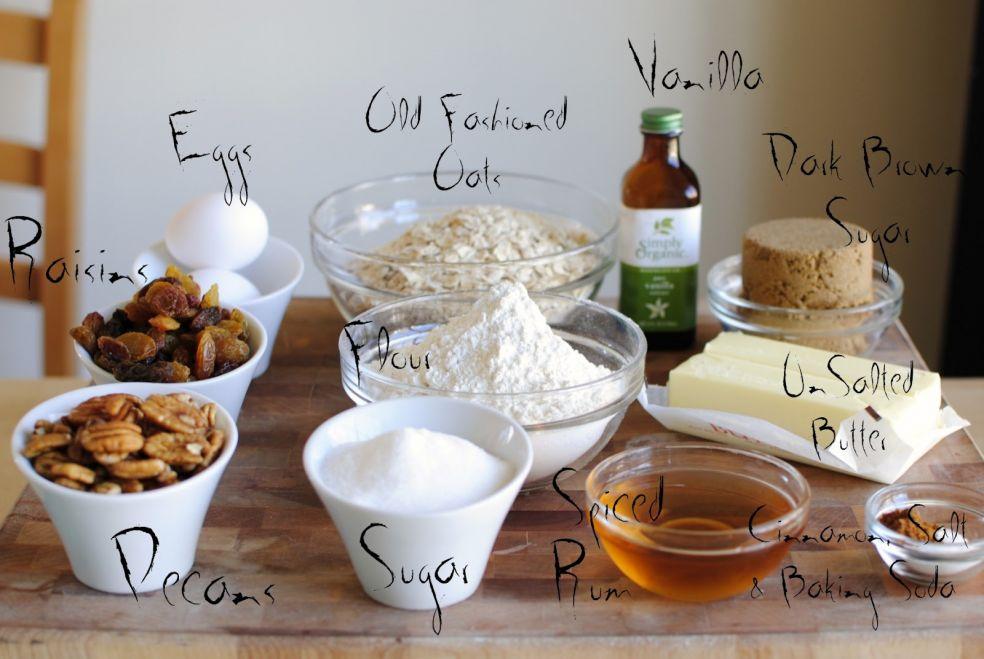 Изюм, пекан, яйца, овес или овсяные хлопья, мука, сахар, пряный ром, экстракт ванили, тростниковый сахар, подсоленное сливочное масло, корица, соль и пекарский порошок