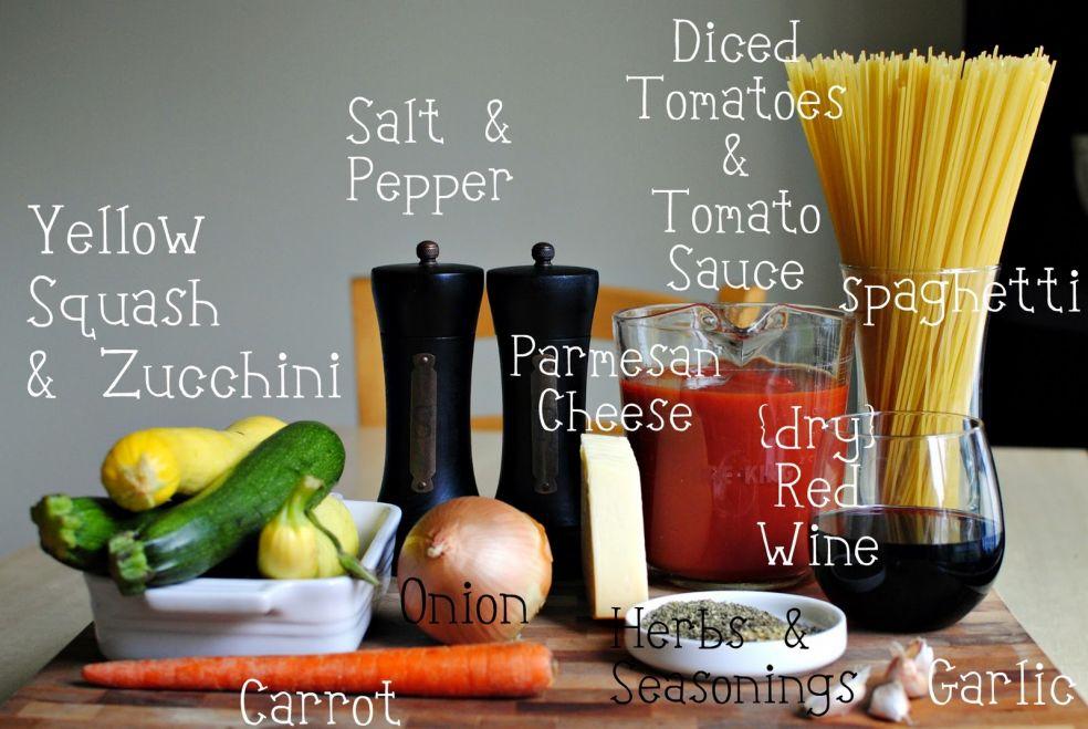 Кусочки томатов и томатная паста, соль и перец, желтый кабачок и цуккини, спагетти, пармезан, сухое красное вино, лук, морковь, травы и приправы, чеснок