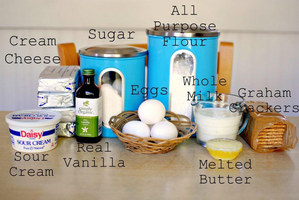 Мука, сахар, сливочный сыр или творог, яйца, молоко, крекеры из муки грубого помола, сметана, экстракт ванили, растопленное масло