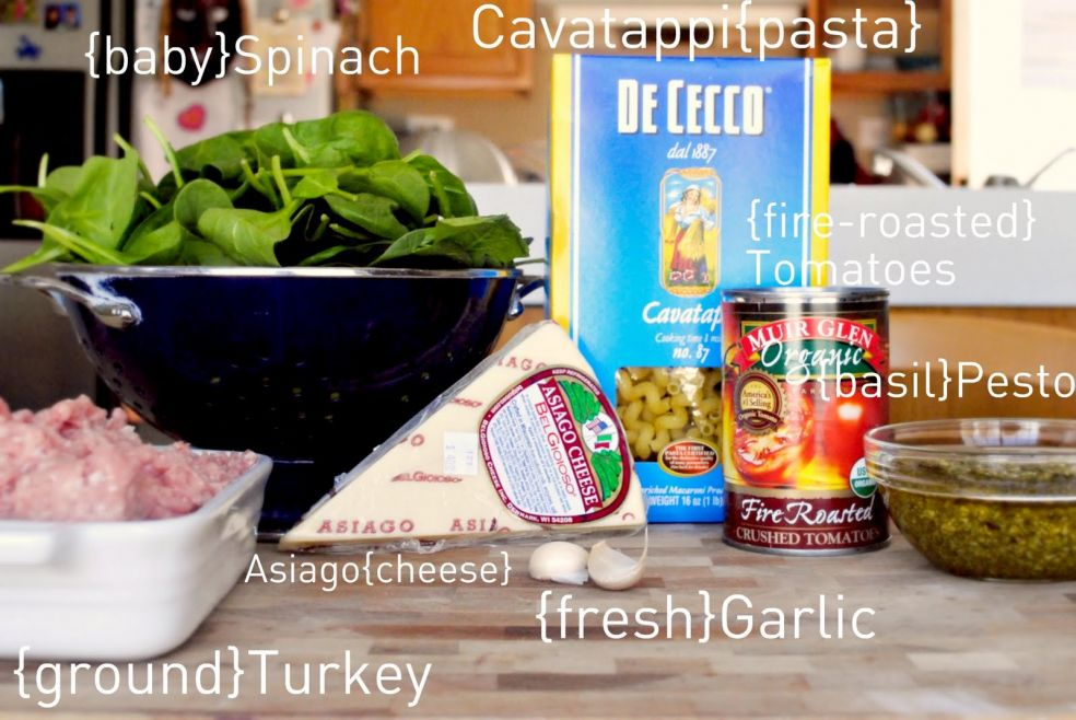 Шпинат, макароны, консервированные томаты, жаренные на огне, песто из базилика, азиаго или другой полутвердый сыр из коровьего молока, чеснок, фарш из индейки