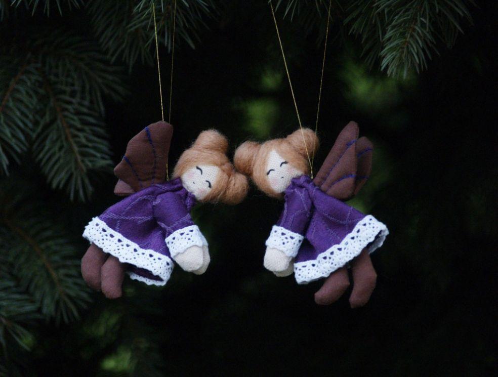 Ребенок у елки